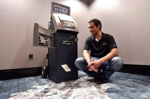 Máy ATM bị tin tặc tấn công, thiệt hại 1 triệu USD - Ảnh 1