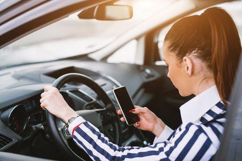 Để an toàn, tài xế cần tránh 7 hành động sau khi ngồi lên ô tô  - Ảnh 1