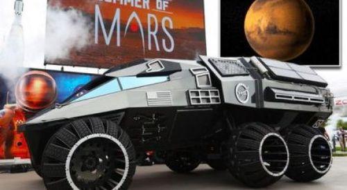 Video: Bất ngờ xe thám hiểm sao Hỏa xuất hiện trên phố - Ảnh 1