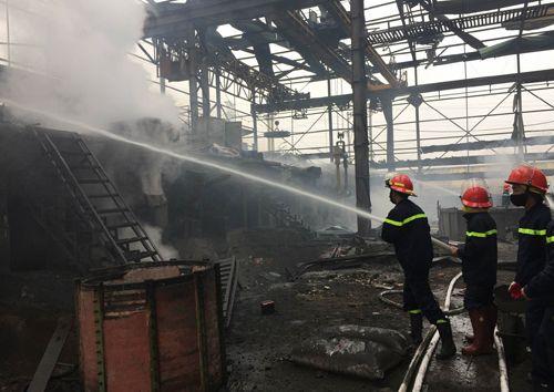 Hà Nội: Nổ lớn nhà máy luyện thép, 2 công nhân nhập viện - Ảnh 1