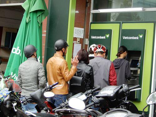 Đà Nẵng: Xếp hàng dài trước cây ATM chờ rút tiền - Ảnh 1