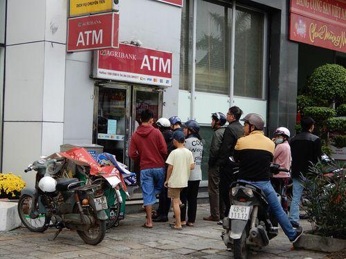 Đà Nẵng: Xếp hàng dài trước cây ATM chờ rút tiền - Ảnh 2