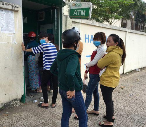 Đà Nẵng: Xếp hàng dài trước cây ATM chờ rút tiền - Ảnh 3