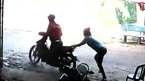 Rủ bạn gái đi chùa để lấy trộm xe máy  - Ảnh 1