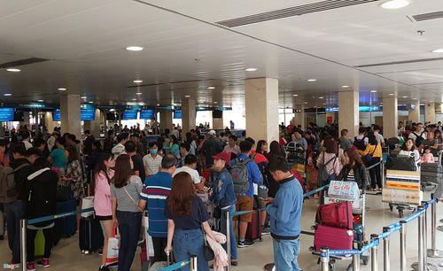 29 Tết: Sân bay Tân Sơn Nhất chật cứng, người chen người - Ảnh 1