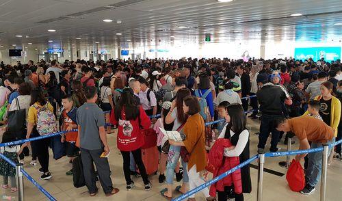 29 Tết: Sân bay Tân Sơn Nhất chật cứng, người chen người - Ảnh 3