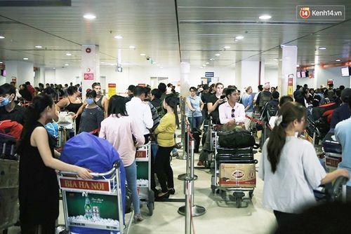 29 Tết: Sân bay Tân Sơn Nhất chật cứng, người chen người - Ảnh 4