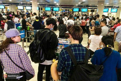 29 Tết: Sân bay Tân Sơn Nhất chật cứng, người chen người - Ảnh 5
