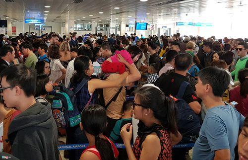 29 Tết: Sân bay Tân Sơn Nhất chật cứng, người chen người - Ảnh 6