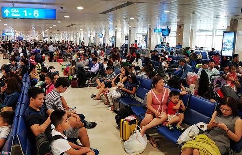 29 Tết: Sân bay Tân Sơn Nhất chật cứng, người chen người - Ảnh 7