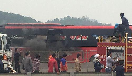 Hành khách hoảng loạn đập cửa kính thoát khỏi xe 48 chỗ đang bốc cháy - Ảnh 1