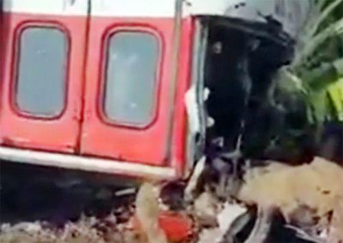 Xe buýt nổ lốp, cuốn ba người đi xe máy vào gầm - Ảnh 1