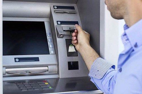 Sẽ giảm phí rút tiền từ máy ATM từ 1/3 - Ảnh 1