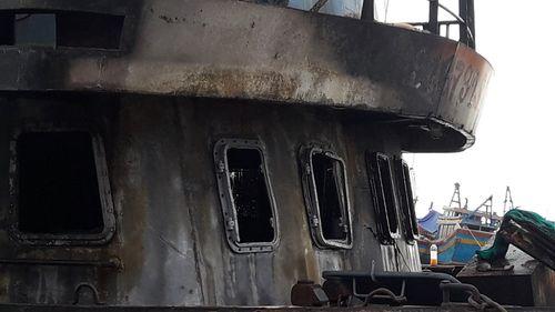 Đang neo đậu tại bến để sửa chữa, tàu cá bỗng nhiên bốc cháy - Ảnh 2