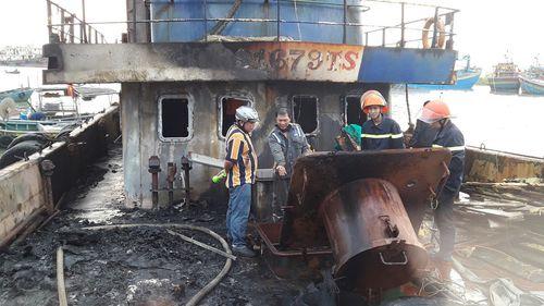 Đang neo đậu tại bến để sửa chữa, tàu cá bỗng nhiên bốc cháy - Ảnh 1