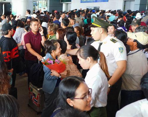 Sân bay Tân Sơn Nhất quá tải vì hàng nghìn người đi đón thân nhân - Ảnh 10