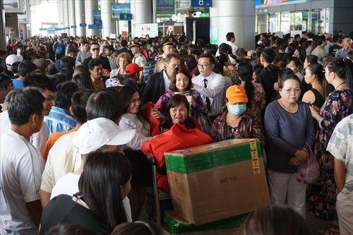 Sân bay Tân Sơn Nhất quá tải vì hàng nghìn người đi đón thân nhân - Ảnh 1