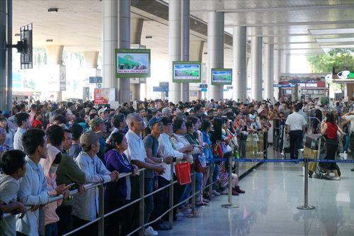 Sân bay Tân Sơn Nhất quá tải vì hàng nghìn người đi đón thân nhân - Ảnh 2