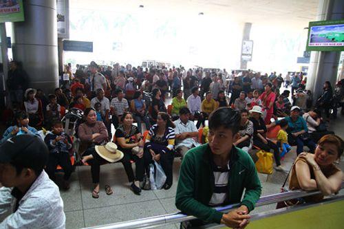 Sân bay Tân Sơn Nhất quá tải vì hàng nghìn người đi đón thân nhân - Ảnh 3