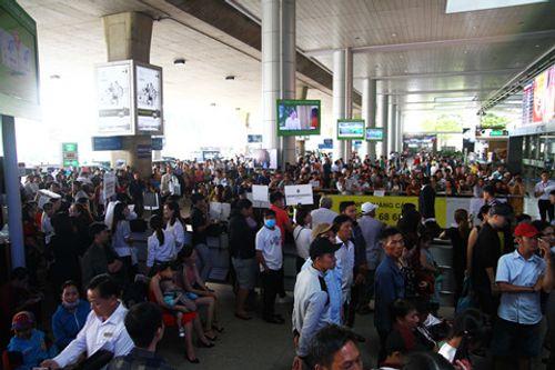 Sân bay Tân Sơn Nhất quá tải vì hàng nghìn người đi đón thân nhân - Ảnh 4