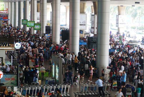 Sân bay Tân Sơn Nhất quá tải vì hàng nghìn người đi đón thân nhân - Ảnh 5