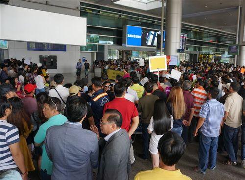 Sân bay Tân Sơn Nhất quá tải vì hàng nghìn người đi đón thân nhân - Ảnh 6