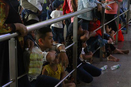 Sân bay Tân Sơn Nhất quá tải vì hàng nghìn người đi đón thân nhân - Ảnh 7
