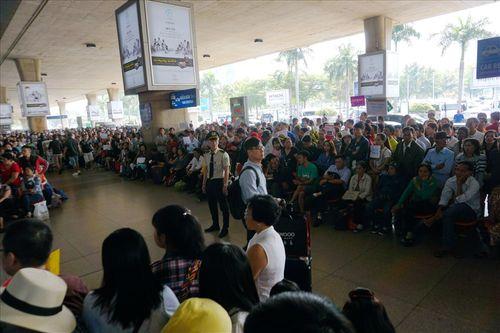 Sân bay Tân Sơn Nhất quá tải vì hàng nghìn người đi đón thân nhân - Ảnh 8