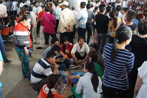 Sân bay Tân Sơn Nhất quá tải vì hàng nghìn người đi đón thân nhân - Ảnh 9