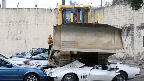 Tổng thống Philippines hạ lệnh nghiền nát hàng chục ô tô hạng sang nhập lậu - Ảnh 1
