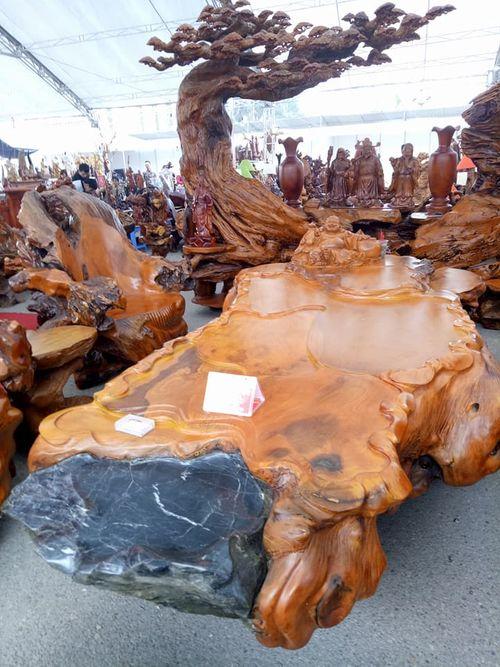 Chiêm ngưỡng bộ bàn ghế gỗ lũa hoành tráng giá 690 triệu đồng - Ảnh 1
