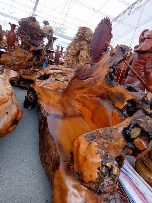 Chiêm ngưỡng bộ bàn ghế gỗ lũa hoành tráng giá 690 triệu đồng - Ảnh 2