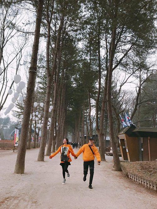 Văn Mai Hương và Bình An diện đồ đôi, nắm tay nhau đi du lịch Hàn Quốc - Ảnh 1