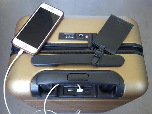 Vali thông minh có thể sạc được pin điện thoại  - Ảnh 1