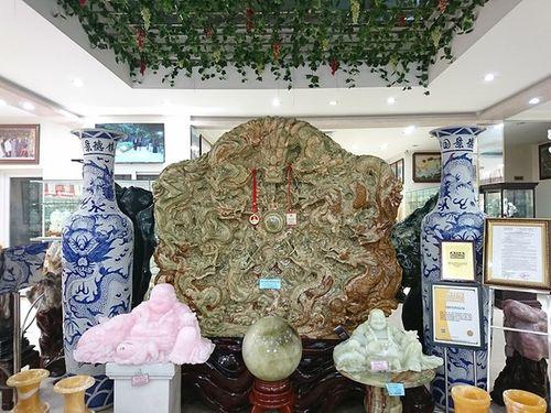 Cận cảnh bức tranh ngọc tạc 9 con rồng lớn nhất châu Á được trả 10 tỷ đồng - Ảnh 1