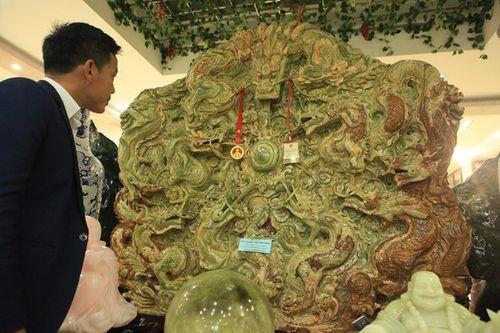 Cận cảnh bức tranh ngọc tạc 9 con rồng lớn nhất châu Á được trả 10 tỷ đồng - Ảnh 2