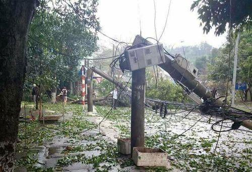 Gió lốc kèm mưa đá tàn phá nhiều nhà cửa ở Sơn La, Bắc Kạn - Ảnh 1