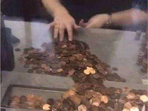 Hóa đơn nước cao bất thường, người phụ nữ mang 49.000 đồng xu đi đóng phí - Ảnh 1