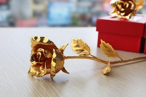 """Quà tặng 8/3: Những bông hoa mạ vàng giá cả chục triệu """"đốn tim"""" chị em - Ảnh 1"""