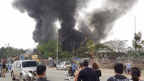 Hà Nội: Cháy dữ dội ở Triều Khúc, khói bốc cao hàng chục mét - Ảnh 1