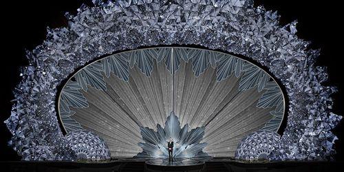 Hớp hồn với sân khấu đính 45 triệu viên pha lê, nặng 10 tấn - Ảnh 2