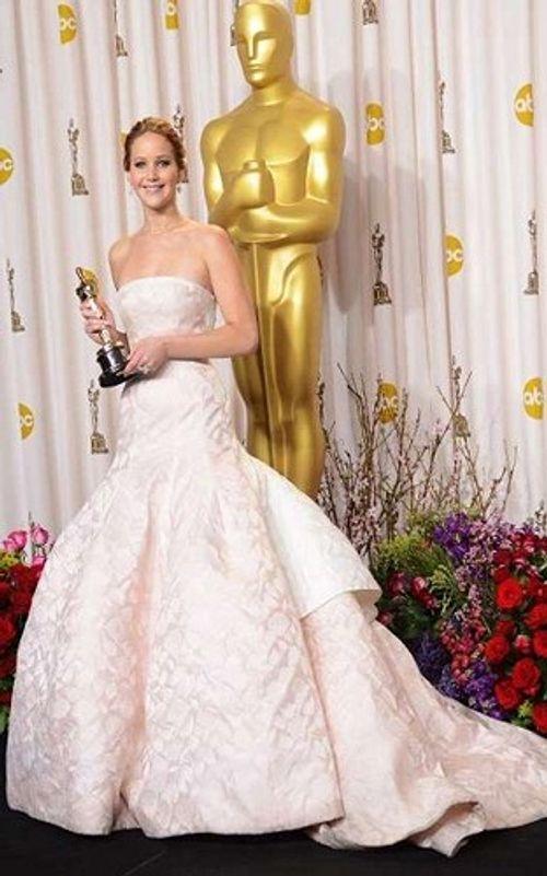 Những bộ váy siêu đắt, có giá hàng chục tỷ đồng trên thảm đỏ Oscar - Ảnh 1