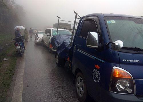Hòa Bình: Sương mù dày đặc, hàng chục ô tô tông nhau liên hoàn - Ảnh 1