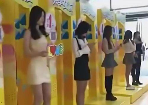 15 cô gái xinh đẹp trưng biển cho thuê người yêu gây xôn xao ở Trung Quốc - Ảnh 1