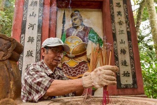 """Lễ hội Đền Hùng 2018: Du khách mặc phản cảm bị """"tuýt còi"""" - Ảnh 2"""