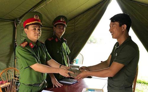 Nhặt được hơn 100 triệu đồng, công an Ninh Bình trả lại cho du khách đánh rơi - Ảnh 1