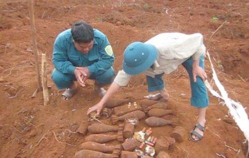 Hốt hoảng phát hiện hầm chứa 34 quả đạn cối ngay gần trường học - Ảnh 1
