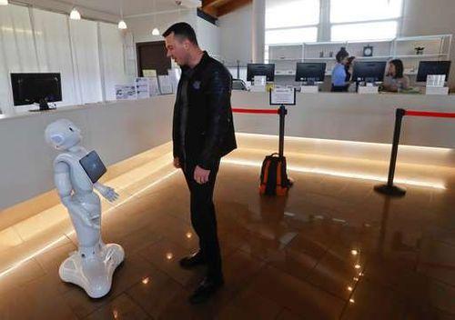 Cận cảnh Robot siêu thông minh có thể thay thế nhân viên lễ tân  - Ảnh 1