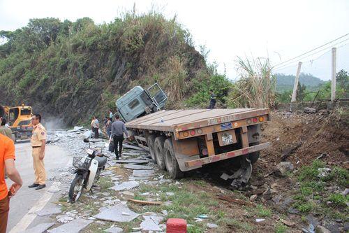 Clip: Xe container chở đá mất phanh lao vào vách núi - Ảnh 1