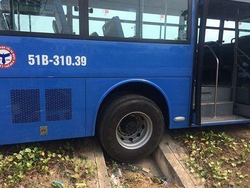 Xe buýt bị xe tải ép văng vào lề, hành khách hoảng loạn la hét - Ảnh 1